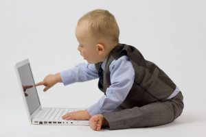 外国人の赤ちゃんとパソコン
