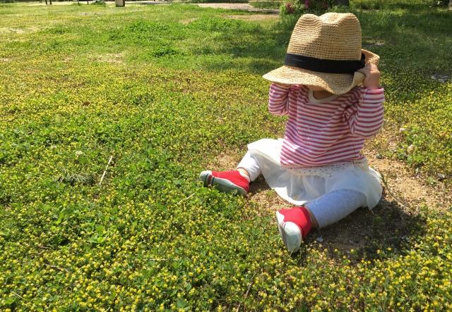 帽子を被った幼児